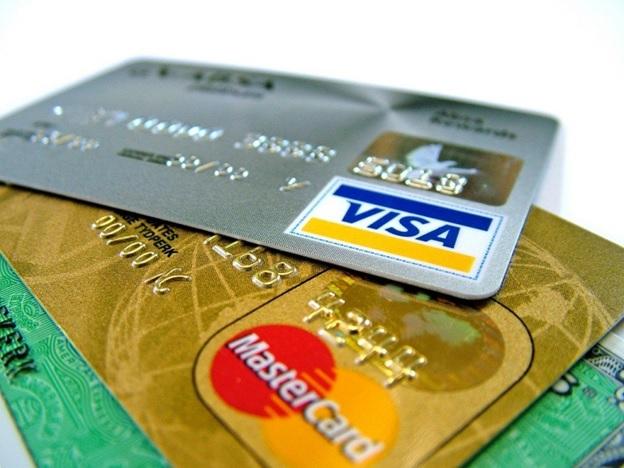 Виды банковских карт классифицируют по нескольким параметрам