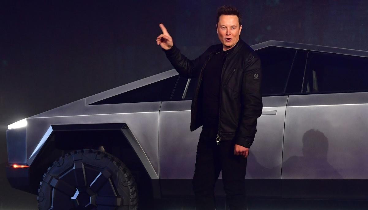 Илон Маск получает первую премию от Тесла