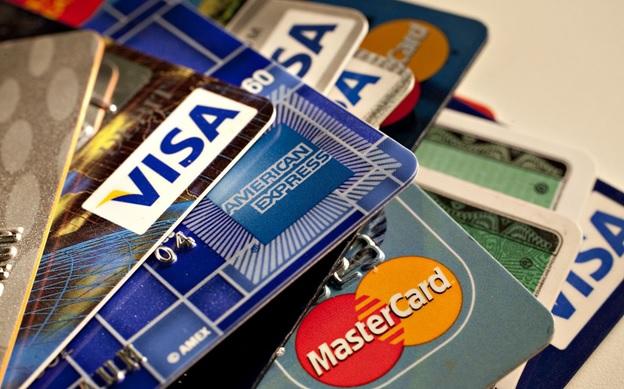 Попадая в отделение финансово-кредитного учреждения, человек может посмотреть на виды банковских карт и выбрать одну из них для личного пользования.